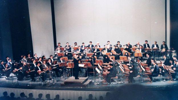ارکستر بزرگ مضرابی به رهبری حسین دهلوی، تهران ۱۳۷۲، عکس از کتاب «موسیقیدانان ایرانی»