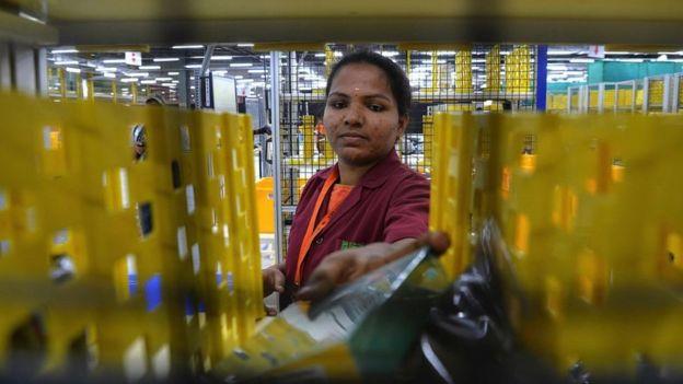 Un empleado manejado bienes en un almacén de Amazon en India en 2018.