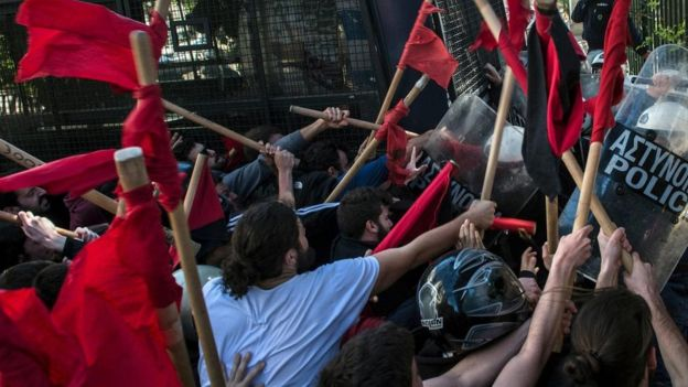 مواجهات بين الشرطة ومحتجين في اليونان