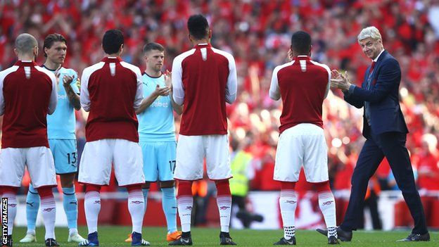 Arsene Wenger gets a guard of honour before the game