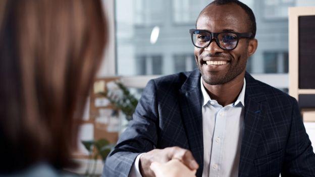 Hombre sonriendo en una entrevista