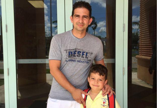 Adolfo Granado y su hijo Lucio ante la escuela.