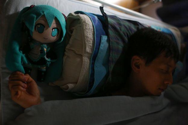 Спящий Акихико с куклой