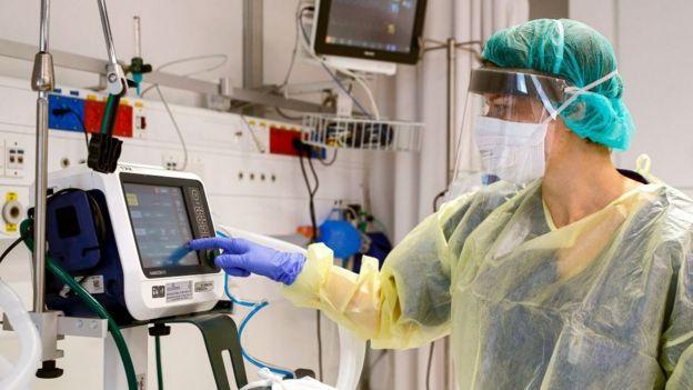 Mulher operando um respirador