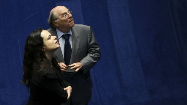 Janaína Paschoal e Miguel Reale Júnior olham pra cima durante sessão do processo de impeachment de Dilma Rousseff, em 2016, no Senado