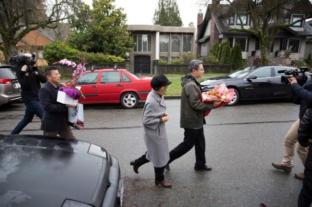 孟晚舟在12月11日獲得保釋後,乘坐外交車牌汽車抵達的人員攜帶鮮花前往孟晚舟在溫哥華的住處看望。