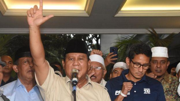 Prabowo Subianto didampingi Sandiaga Uno kembali mendeklarasikan kemenangan pada Kamis (18/04).