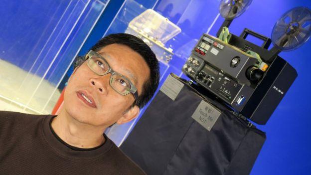 趙崇基在香港浸會大學電影學院放映室內接受BBC中文專訪