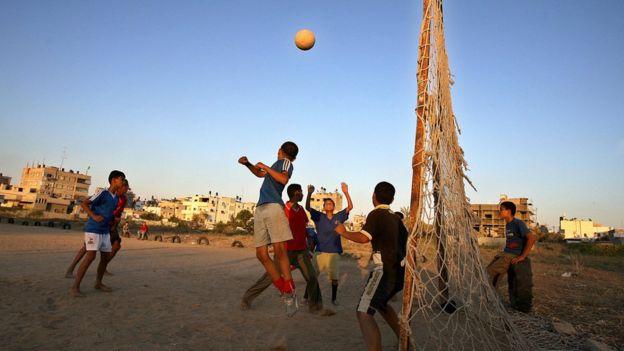 2006年世界杯決賽前一天,在地球另一邊的加沙地帶,巴勒斯坦兒童在踢足球