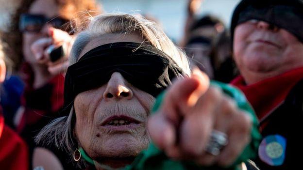 Señora con venda en los ojos.