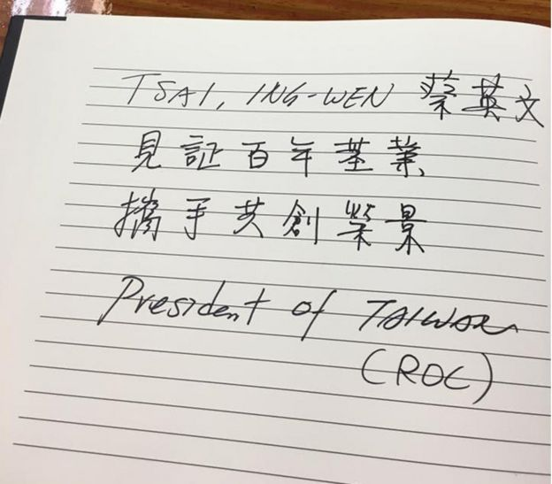 蔡英文在周日參觀巴拿馬運河時,在留言簿上署名President of Taiwan (ROC)。