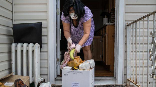 Paty Banks, inmigrante dominicana en Long Islandl recibe una caja de alimentos