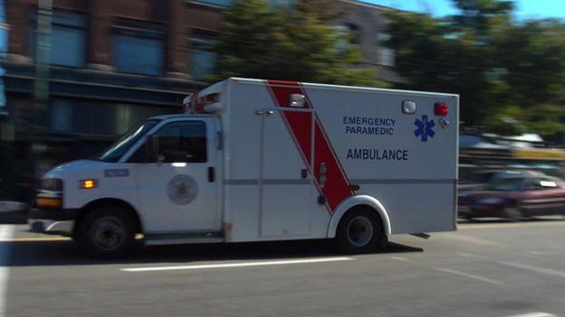 Una ambulancia por las calles de Vancouver.