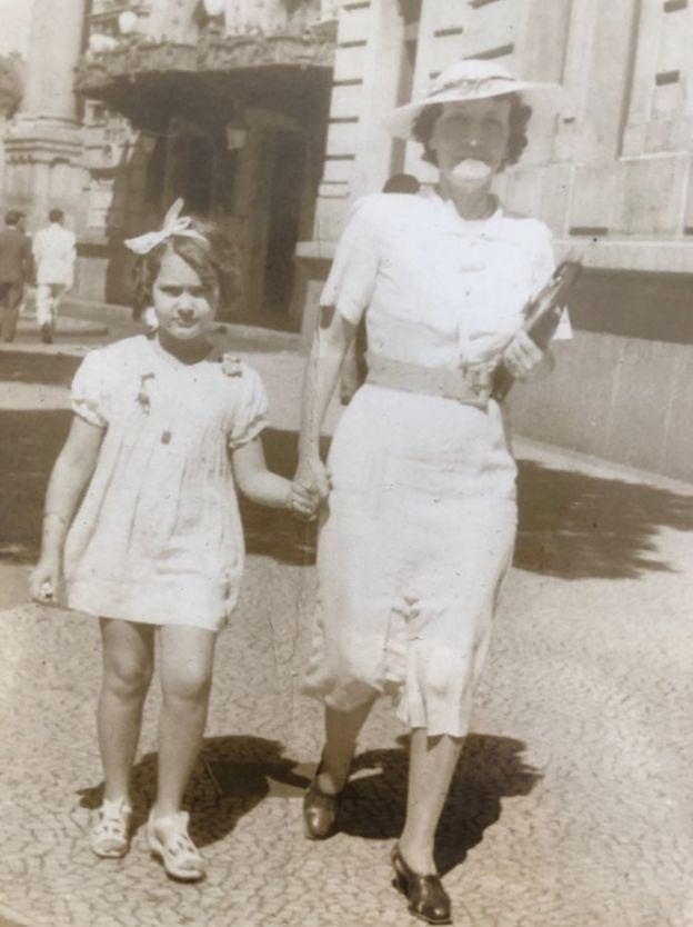 Dirce de Assis Cavalcanti ao lado da mãe, Maria Antonieta Araújo Jorge