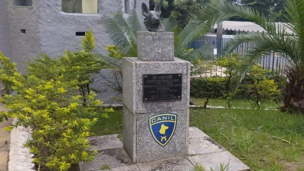 Busto de Dick na entrada do canil da PM paulista