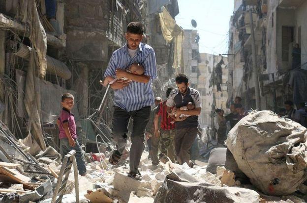 Rescatando a bebés en medio de las ruinas de Alepo.