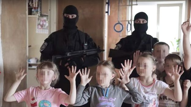 Show Spetsnaz en una fiesta de cumpleaños de niños.