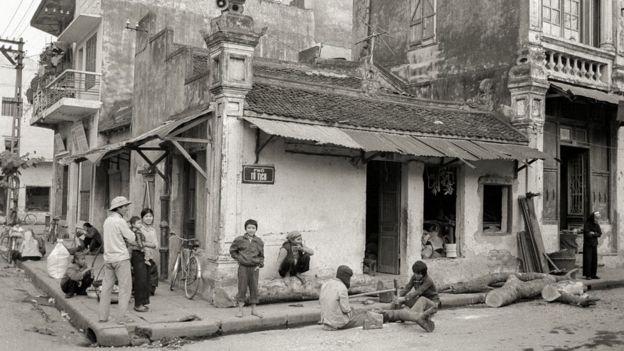 Người dân kiếm sống bằng các nghề thủ công như cảnh cưa gỗ làm đồ chơi bán ở góc phố Tô Tịch