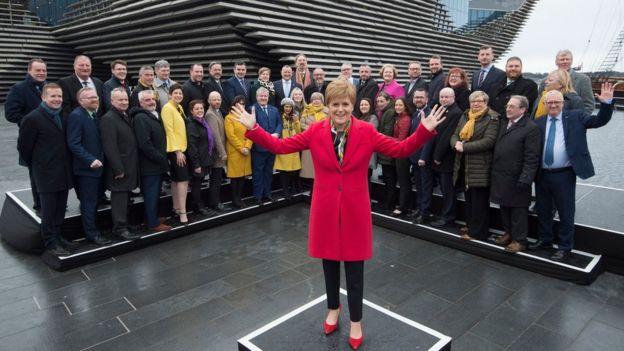 İskoç Ulusal Partisi lideri Nicola Sturgeon, seçim zaferinin ardından Avam Kamarası'na seçilen vekillerle İskoçya'da poz verdi