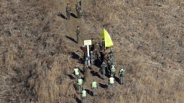 Soldados norcoreanos y surcoreanos en la frontera entre ambos países