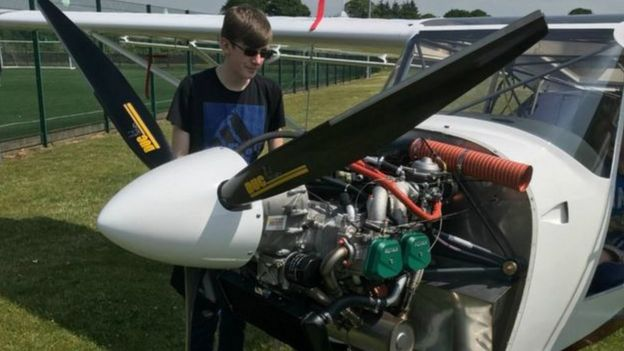 تلاميذ يبنون طائرة