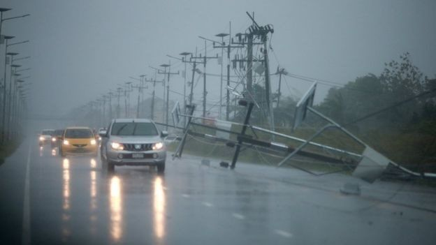 Pasokan listrik terputus saat badai mulai melanda.