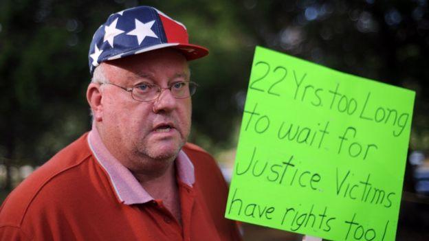 Un hombre pide que se haga justicia para las víctimas de crímenes
