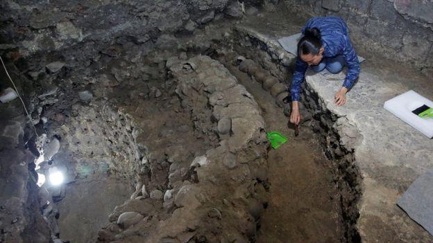 La arqueóloga Lorena Vazquez trabaja en la investigación sobre los cráneos.