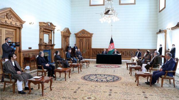 اکنون بعد از گذشت ماهها چانه زنی سیاسی آقای غنی و عبدالله توافق نامه سیاسی را با حضور شماری از مقامهای سیاسی در ارگ امضاء کردند.