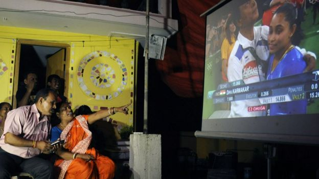 La familia de Karmakar vio a su hija por televisión