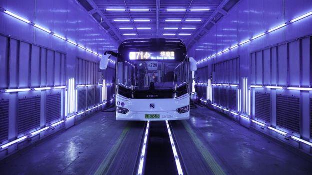 中国上海一辆乐百氏价格巴士照射紫外线消毒