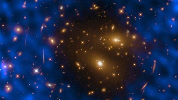 الآثار التي خلفها الانفجار الكبير في إشعاع الخلفية الكونية الخافت تكشف عن شكل الكون في اللحظات الأولى من ولادته