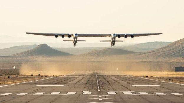 Voo inaugural do Stratolaunch no deserto de Mojave