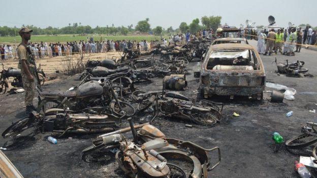 Число погибших возгорания бензовоза возросло до 152— Пакистан