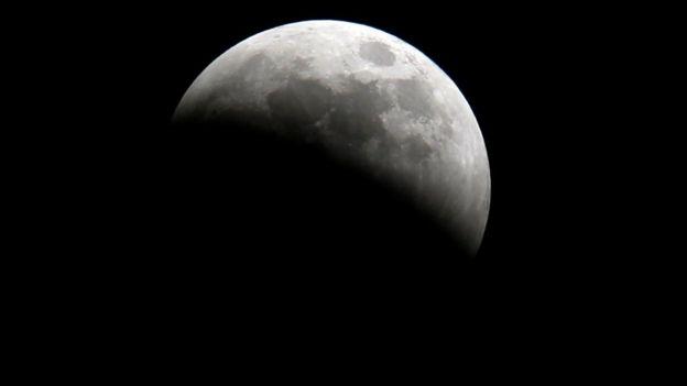 Eclipse visto desde la frontera entre Kenia y Tanzania