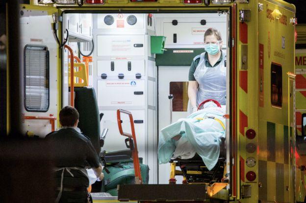 Машина скорой помощи в приемном отделении лондонской больницы