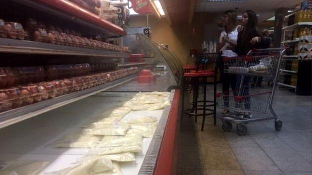 Prateleiras vazias em mercado na Venezuela