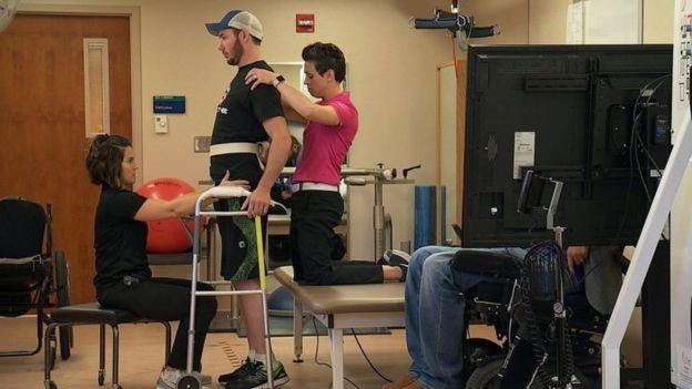 นายเจเรด ชินน็อก วัย 29 ปี เดินได้ต่อเนื่อง 100 เมตร โดยใช้อุปกรณ์ช่วยเดินพยุงตัว