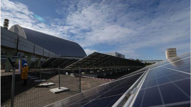 """Поки що атомна і """"зелена"""" енергетики мирно співіснують лише в Чорнобилі, де біля зруйнованого блоку АЕС побудували сонячну електростанцію"""