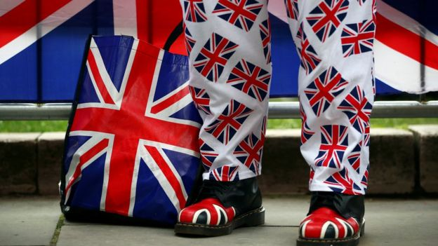 Un par de piernas cubiertas de banderas de Reino Unido