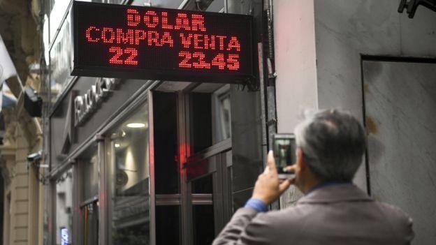 Argentino frente a tasa de cambio del dólar.