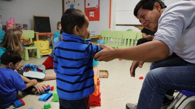 Crianças em abrigo para imigrantes no Texas