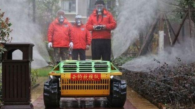 Robot con spray desinfectante