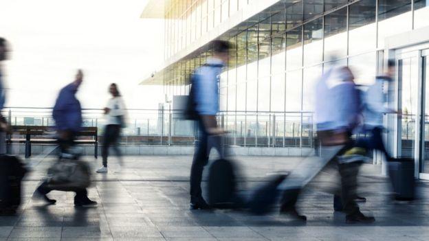 Passageiros chegam a aeroporto