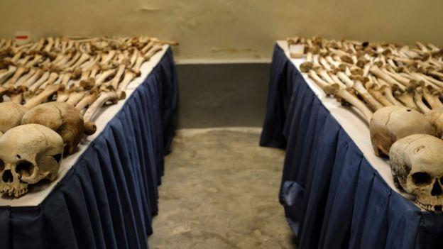 Mesas cheias de ossadas