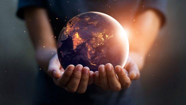 Manos sosteniendo el mundo.