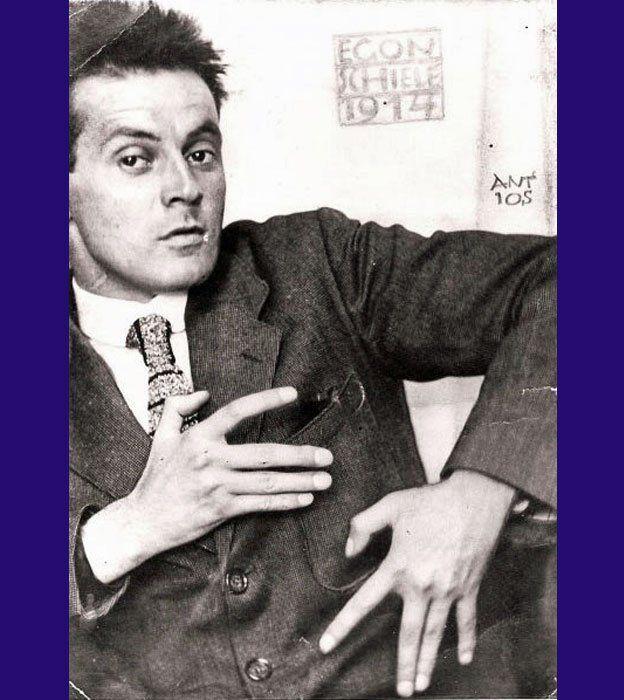 Egon Schiele, cuatro años antes de su muerte, a los 28 años de edad. Dominio Público