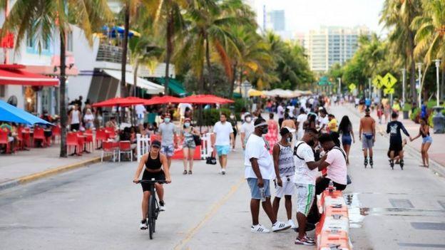 La calle Ocean Drive en Florida