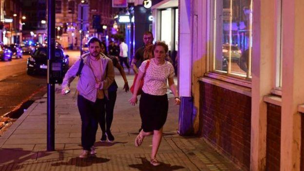 Pessoas correm pelas ruas no centro de Londres após atropelamento na London Bridge