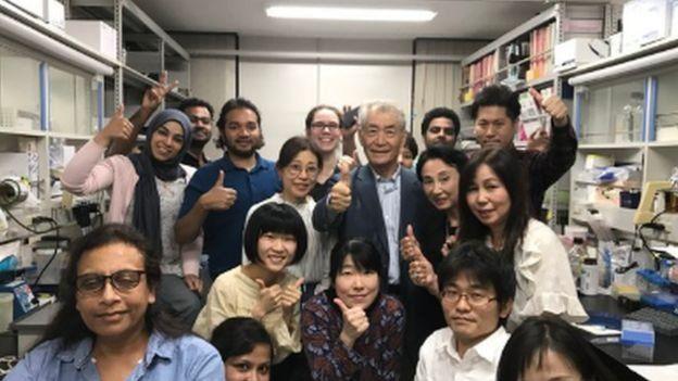 ศ. ทาซุกุ ฮอนโจ (แถวยืนคนที่สามจากขวามือ) และทีมวิจัยที่มหาวิทยาลัยเกียวโต